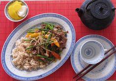 Today's Dinner- stir fried beef with black bean sauce. 고양이 밥사러 잠깐 슈퍼에들렀다가 건저온 불고기감과 아스파라거스로 오랫만에 중식요리. 고기를 먼저 기름에볶다가 아스파라거스 양파 당근 피망과 마늘을 넣고 볶아줍니다. 야채가 살짝익으면 중국양념인 black bean with garlic sauce (기름에 볶은 짜장과 비슷하나 콩이 살아있고 마늘과 고추가 들어있음. 완전좋은맛)넣고 휘적이다 마지막으로 콩나물과 파를 투하 하고 전분물을 넣어 살짝 걸쭉하게해서 맛있게 냠냠