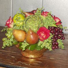 Love this pear, artichoke and grape centerpiece for elegant Thanksgiving table.