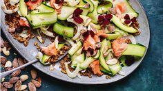En fyldig og frisk salat med masser af smag og mæthed fra sunde fedtstoffer og fiberrig fuldkornsspelt. Her får du opskriften på varmrøget laks og speltkernesalat med saltmandler