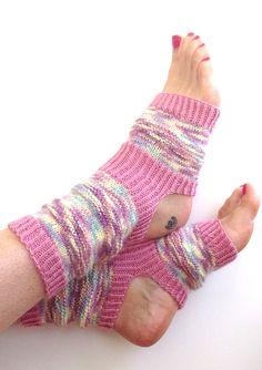 by tiza on Etsy Baby Knitting Patterns, Crochet Patterns, Pink Socks, My Socks, Knitting Socks, Hand Knitting, Pilates Socks, Baby Pullover, Mitten Gloves