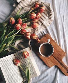 Tulips, bed, books and coffee Flat Lay Photography, Coffee Photography, Art Photography, Fall Inspiration, Flower Tea, Jolie Photo, Coffee Love, Coffee Coffee, Beautiful Images