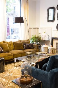 Nouvelle boutique AM. avenue Victor Hugo à Paris Living Room Sofa, Home Living Room, Apartment Living, Living Room Designs, Living Room Decor, Gold Couch, Yellow Couch, Room Interior, Interior Design