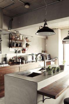 モルタル+木と鉄脚テーブル。 素材感あふれるキッチン空間 | スミカマガジン | SuMiKa