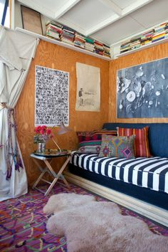 What an eclectic little nook! Love the kilim cushions, fur rug, clashing patterns & distressed wall art. Decorating Your Home, Interior Decorating, Interior Design, Eclectic Living Room, Living Spaces, Bungalow, Turbulence Deco, Studio Living, Studio Apt