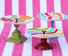 Fun and colorful DIY cake stand Fun Crafts, Arts And Crafts, Cake And Cupcake Stand, Cupcake Party, Plate Stands, Food Stands, Diy Gifts, Handmade Gifts, Diy Cake