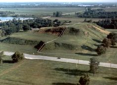 An ancient city near Collinsville, Illinois, Cahokia Mounds State Historic Site is the most sophisticated prehistoric native civilization north of Mexico. Mound Builders, Places In America, Southern Illinois, Mystery Of History, Lost City, Le Far West, Archaeological Site, Historical Sites, World Heritage Sites