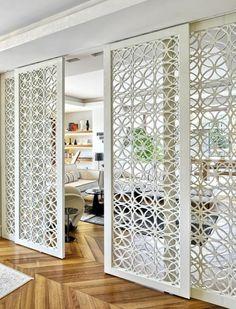 panneaux blancs sur portes coulissantes, separateur de piece avec effet de dentelle blanche, parquet en beige et marron, pièce très lumineuse