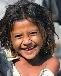 lachendes Mädchen mit Nasenring