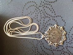 Moderne Replik der Silbermedaille 1602. AUSTRIA GLORIOSA AETERNA. Große Krone / Reichsadler. 34 mm, 17,5 g mit angelöteter Fassung. Sehr gute Erhaltung. Ich lege der Medaille eine versilberte...