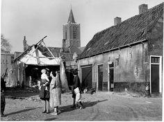 Ik denk dat de maker van de foto toen  stond op de plek waar nu ongeveer hoek Gedempte Baansloot / Sint Janshof is. Dan (richting) links op de foto is nu het Sint Janshof (kijkend naar het Westen). Inderdaad zie je links op de foto nog net de school (oude) E.O.P. voor L.E.A.O. van het Oude Kerkhof. Schiedam jaren 50