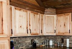 Rustic Kitchen Cabinets Hickory cabinets are popular in log homes and rustic lodges. Kitchen Cabinets And Backsplash, Hickory Kitchen Cabinets, Kitchen Cabinet Hardware, Stone Backsplash, Rustic Cabinets, Pine Cabinets, Mirror Backsplash, Beadboard Backsplash, Herringbone Backsplash