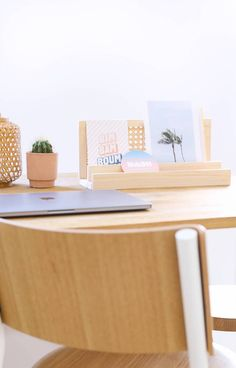 DIY organiseur de bureau en cannage // Hellø Blogzine - Blog déco Lifestyle - www.hello-hello.fr Diy Rangement, Blog Deco, Credenza, Upcycle, Recycling, Homemade, Cabinet, Lifestyle, Upcycling
