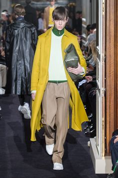 Valentino Fall 2018 Men's Fashion Show. All the Fall 2018 Paris Menswear fashion shows in one place. Designer collections, PFWM, runway reviews, photos, videos, backstage, accessories, beauty, atmosphere, street style & more.