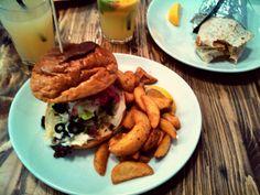 burger dinner -  salad Delicious Burgers, Dinner Salads, Salmon Burgers, Hamburger, Ethnic Recipes, Food, Essen, Burgers, Meals