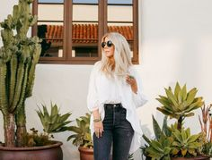 lisa allen of salty lashes wearing a white free people tunic with black levi's, free people platforms and wild fox sunglasses Lisa Allen, Black Levis, White Tops, Lifestyle Blog, Lashes, Summer Ootd, Spring Summer, How To Wear, Platforms