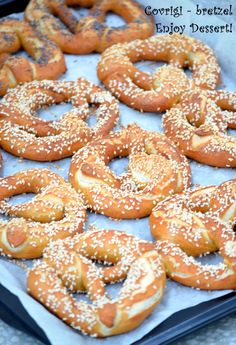 Covrigi - bretzel Bread Recipes, Cake Recipes, Cooking Recipes, Croissant Dough, Romanian Food, Pastry And Bakery, Appetisers, Bagel, Food And Drink