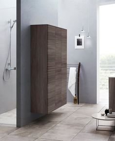 Bathroom in Nordic style with a tall cabinet in ash-gray with push-open function.