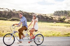 Boda al aire libre: ¡arriba el picnic! (Love, Chocolate and Weddings) Bicycle Wedding, Victoria And David, Floral Crown Wedding, Tandem Bicycle, Wedding Gifts For Bride And Groom, Couple Picture Poses, Wedding Candy, Engagement Inspiration, Best Day Ever