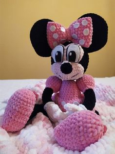 Návod na háčkovanie Minnie Mouse ~ Tvorím s láskou - by Peťka Crochet Toys, Minnie Mouse, Disney Characters, Fictional Characters, Peta, Blog, Blogging, Fantasy Characters, Maps