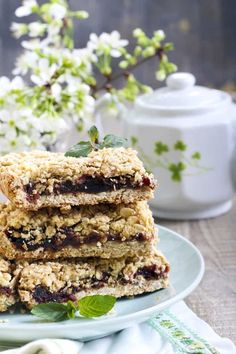 WW Recipes: These classic, simple, old-fashioned date bars (date squares, matrimonial bars) are a longtime favorie. Date Recipes Desserts, Homemade Desserts, Ww Recipes, Just Desserts, Healthy Desserts, Healthy Eats, Date Nut Bars, Carrots N Cake, Date Squares