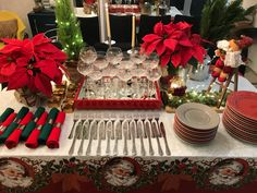 How about using a tablecloth at Christmas? Christmas Lunch, Christmas 2019, Christmas Home, Merry Christmas, Christmas Table Decorations, Holiday Decor, Christmas Tree Inspiration, Party Platters, Christmas Tablescapes