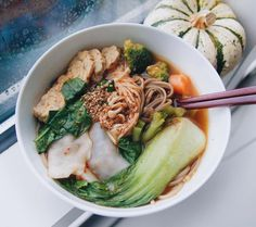 Se det här fotot av @bowlofrachelandrice på Instagram • the rain is just the perfect weather to stay inside, get cozy in bed watching your favorite netflix tv series (mine is currently black mirror) while devouring a warm bowl of noodle soup. recipe by the amazing cherie (@thrivingonplants), but used soba noodles, tempeh instead of tofu, and added home-made dumplings, bok choy, and inoki mushrooms.