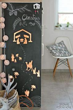 I love chalkboard walls! This scene is simple, but so beautiful! Beautiful scandinavian Christmas decorations