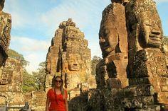VOLTA AO MUNDO COM O PEGADAS! Trigésimo terceiro país: Camboja.  Você que já conheceu o antigo reino de Sião (atual Tailândia) e as ruínas e templos da Birmânia (Myanmar) é hora de conhecer um dos povos mais temidos da Ásia nos séculos IX a XV: o império Khmer.  Essa turma que tocou o terror no sudeste asiático também construiu um dos maiores complexos de tempos e monumentos religiosos do mundo: Angkor!  Localizado no Camboja bem próximo a Siem Reap o complexo pode ser visitado em 1 ou 2…