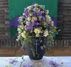 Urnenschmuck Funeral Flowers, Flower Centerpieces, Purple Wedding, Mosaic, Floral Wreath, Death, Candles, Memories, Lilac