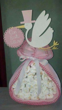Diaper cakes - Tarta de Pañales - Baby Shower gifts and crafts Baby Shower Cakes, Idee Baby Shower, Fiesta Baby Shower, Baby Shower Diapers, Baby Shower Favors, Baby Shower Parties, Baby Shower Themes, Baby Boy Shower, Baby Shower Gifts