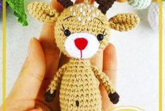 Dulce muñeca de ratón amigurumi patrón libre de ganchillo - Patrones de amigurumi gratis Crochet Bunny Pattern, Crochet Snowman, Crochet Hats, Christmas Ornaments, Holiday Decor, Character, Dolls, Hand Crafts, Crochet Pig