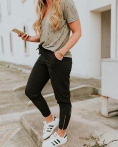 spring outfits with yoga pants best outfits Sneakers Fashion Outfits, Athleisure Outfits, Athleisure Fashion, Outfits For Teens, Cool Outfits, Casual Outfits, Nanny Outfit, Yoga Pants Outfit, Summer Leggings Outfits