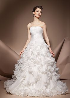 All brides dream about finding the ideal wedding day, however for this they need the most perfect wedding gown, with the bridesmaid's dresses enhancing the wedding brides dress. These are a number of tips on wedding dresses. Pastel Wedding Dresses, Popular Wedding Dresses, Wedding Dress Trends, Designer Wedding Dresses, Bridal Dresses, Wedding Gowns, Bridesmaid Dresses, Wedding Ideas, Amazing Wedding Dress