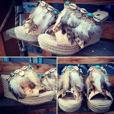 Zuecos customizados handmade. Te los vas a perder?? Ya disponibles en nuestra tienda de Beasain, por WhatsApp en el teléfono 605 746 356 o en la pagina de Facebook; Mar's Ville Shop.  #sandaliaspersonalizadas #sandalias #boho #bohostyle #bohochic #ventaonline #beasainmoda #modaboho #etnico #marsvilleshop #handmade #zuecos
