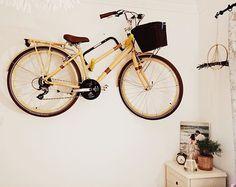 Küçük evlerde özellikle duvarları kullanın derim, koca bisiklet saat gibi durdu duvarda. #evdekorasyonfikirleri #tasarimcininevi
