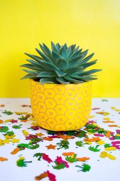 DIY Ananas Blumentopf - Syler's room redo - silver lining - Gartnern Möbel Painted Plant Pots, Painted Flower Pots, Painted Pebbles, Plant Painting, Diy Painting, Stone Painting, Pineapple Planting, Flower Pot Design, Flower Pot Art