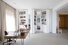 L'étude brésilienne Consuelo Jorge Arquitetos a récemment conçu un appartement pour un collectionneur d'art à São Paulo, dans lequel sa famille et les oeuvres qu'il collectionne pourraient vivre ensemble.  La principale préoccupation était d'intégrer les œuvres d'art dans une ambiance moderne et audacieuse sans laisser de côté le confort. L'entrée donne le ton de ce qui doit être vu dans le reste de l'appartement.
