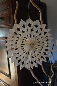 DIY – Papiersterne falten Zum Basteln von Sternen benötigst du Papier, Schere,…