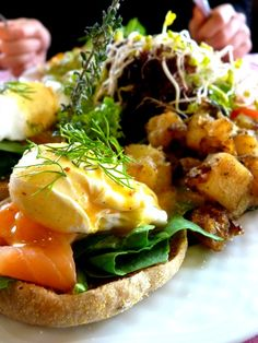 Egg benedict with smoked salmon and dill. Brunch time !