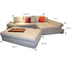 Revestido de camurça, o sofá de três lugares com chaise Amy custa 6 270 reais. E o pufe, 780 reais. Da Formato Design.