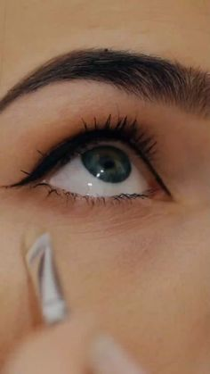 Here's a Great Solution Recommended by Beauty Experts for Firmer, Younger Looking Skin. - How To: Smoother, Tighter, Firmer Skin Sexy Eye Makeup, Eye Makeup Tips, Eyebrow Makeup, Makeup Videos, Skin Makeup, Mac Makeup, Beauty Secrets, Beauty Hacks, Beauty Tips