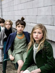 Niños pequeños haciendo campaña de moda. fashion, make up, maquillaje