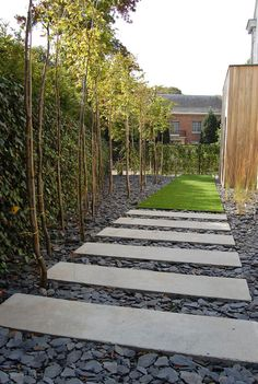 Garden Design Ideas : concrete stepping stones with slate crumbles Garden Stones, Garden Paths, Small Garden Path Ideas, Moss Garden, Modern Landscaping, Backyard Landscaping, Landscaping Ideas, Jardim Natural, Concrete Stepping Stones