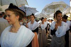 Le costume de l'Arlésienne - Nadine de Trans en Provence French Costume, Costumes, Slimmer Waist, Black Cotton, Headdress, Woman, Dress Up Outfits, Costume, Suits