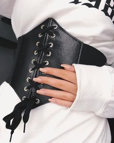 corset cinturilla Corset Belt Street Outfits To Show You Whats The Next Big Trend Lupsona Look Fashion, Diy Fashion, Ideias Fashion, Fashion Outfits, Womens Fashion, Fashion Design, Fashion 2017, Corset Outfit, Corset Belt