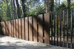 Nietypowe ogrodzenie i brama bez widocznych poziomych element& & Fence Wall Design, Front Gate Design, Modern Fence Design, Entrance Design, Backyard Pool Designs, Modern Backyard, Iron Fence Gate, Casa Art Deco, Modern Entrance