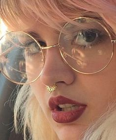 Trend jewel of the nose. The septum gives a look a rebellious chic. Test the fake piercing . - Trend jewel of the nose. The septum gives a look a rebellious chic. Test the fake piercing … - Fake Piercing, Bijoux Piercing Septum, Piercing Implant, Septum Ring, Spiderbite Piercings, Peircings, Piercing Tattoo, Body Piercing, Medusa Piercing