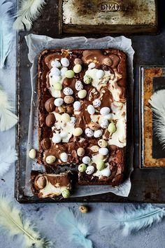 Paista suklaamunat brownien pinnalle.