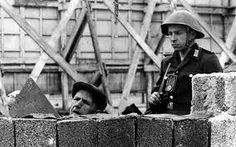 Risultati immagini per erezione muro di berlino