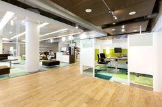 Doorontwikkeling, realisatie en inrichting van de bankshops op basis van het ontwerp van SVT Branding & Design Group. Voor de grotere vestigingen, de zogenaamde 'flagship stores', ontwikkelden wij onder meer een 'baliebar' en 'informatietafel' voor snel advies. Ontwerp: Zwartwoud & Sinot Design